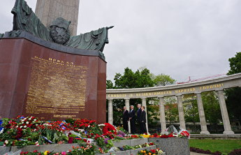 The delegation from the Shanghai Cooperation Organisation near the Soviet War Memorial