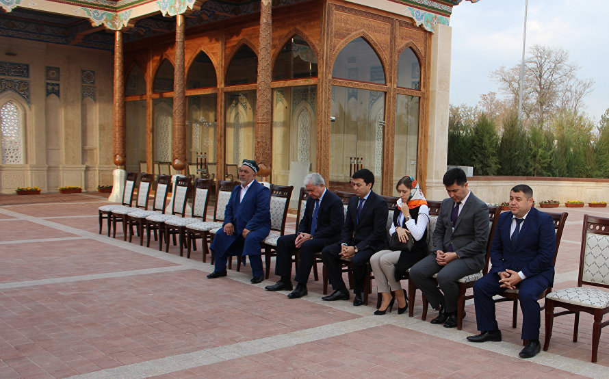 Rashid Alimov lays flowers at memorial complex honouring first President of Uzbekistan
